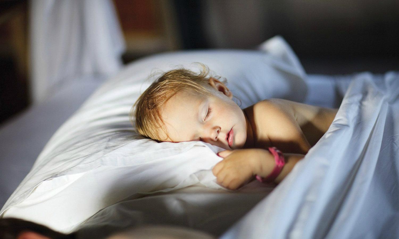 Младенца лучше купать в большой ванне перед сном, чтобы он мог плавать.
