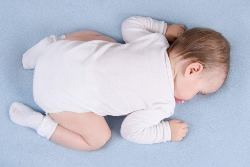 Картинка малыш лежит на животе